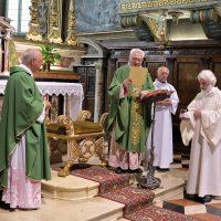 Mons. Piccinelli accoglie Mons. Fontana nella Confraternita Amici del Santuario