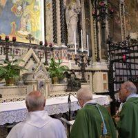 La preghiera nel Santuario presso la Sacra Immagine