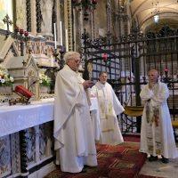 La benedizione con la reliquia del Beato Paolo VI