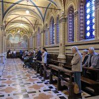 I pellegrini e altri fedeli partecipano alla S. Messa