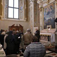 I pellegrini presso l'altare con la reliquia di San Paolo VI