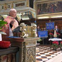 Don Paolo, ex cappellano, mentre tiene l'omelia