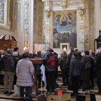 I pellegrini davanti alla reliquia di San Paolo VI con il Rettore don Claudio