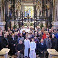 Il gruppo posa davanti all'Immagine Sacra
