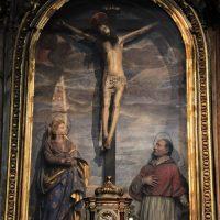 Cappella del Crocifisso, con Maria Addolorata e S. Carlo Borromeo, di ambito bresciano (in testa alla navata sinistra)